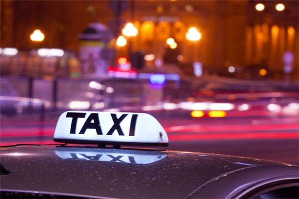 Lựa chọn hãng taxi có uy tín, tránh taxi dù. (Ảnh: Internet)