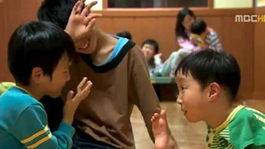Tae-ho không hề đau buồn mà sống rất lạc quan, như bao đứa trẻ khác và có thể tự lập rất tốt.