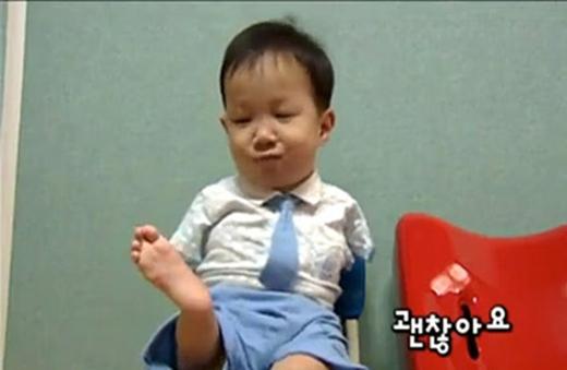 """Tae-ho vui vẻ trả lời """"Không sao"""" khi được hỏi liệu không có đôi tay có gây khó khăn cho cậu hay không."""