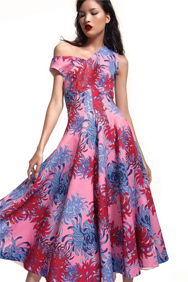 Trên nền sắc hồng ngọt ngào hợp xu hướng, họa tiết hoa xanh đỏ vừa tạo nên sự tương phản mạnh mẽ nhưng vẫn hòa hợp. Phom váy xòe cổ điển được Đỗ Mạnh Cường nhấn nhá qua kĩ thuật cắt rã tinh tế.