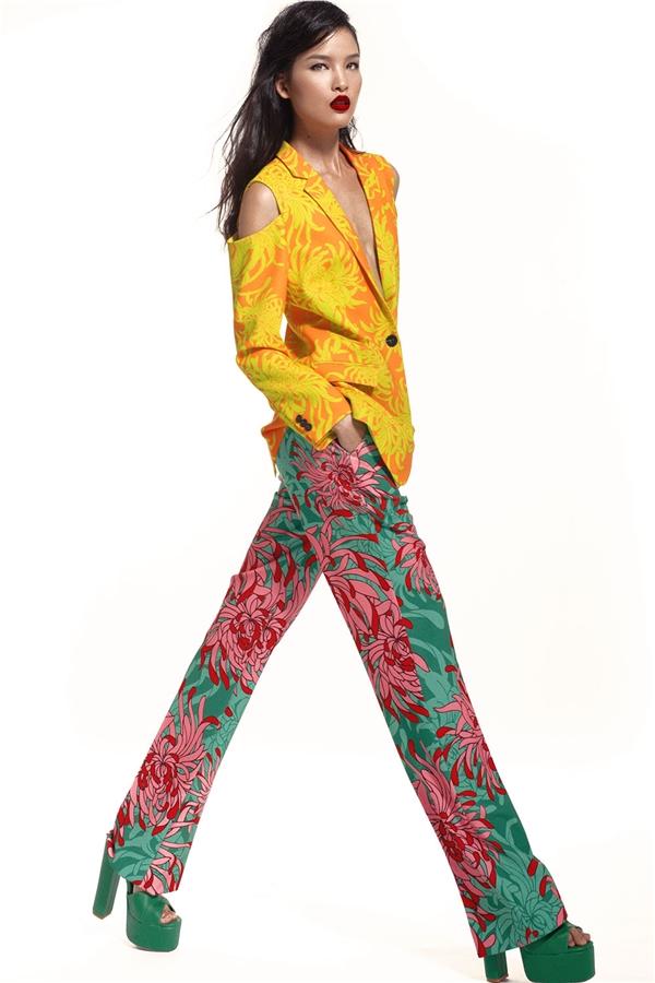 Phá bỏ những giới hạn, quy chuẩn về cách trộn phối màu sắc trước đây, Đỗ Mạnh Cường tạo nên một tổng thể độc đáo giữa áo vest xẻ vai cùng quần âu ống suông.