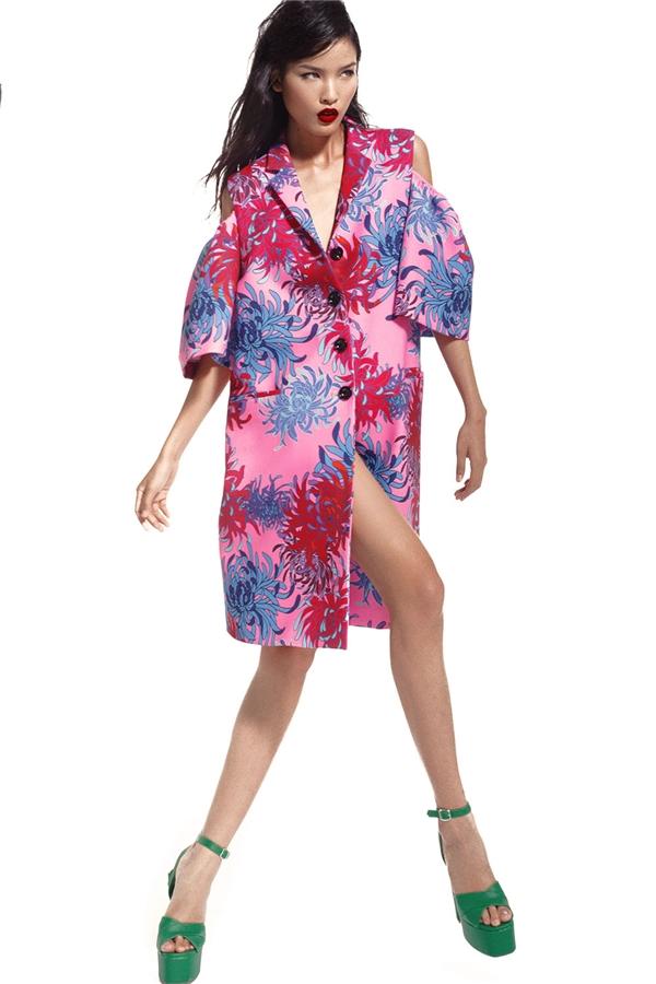 Cùng ứng dụng mốt xẻ vai, nếu như thiết kế jumpsuit thể hiện vẻ đẹp cổ điển, thanh thoát thì chiếc shirtdress lại mang đến hình ảnh người phụ nữ hiện đại, tinh tế luôn bắt kịp những trào lưu thời thượng nhất.