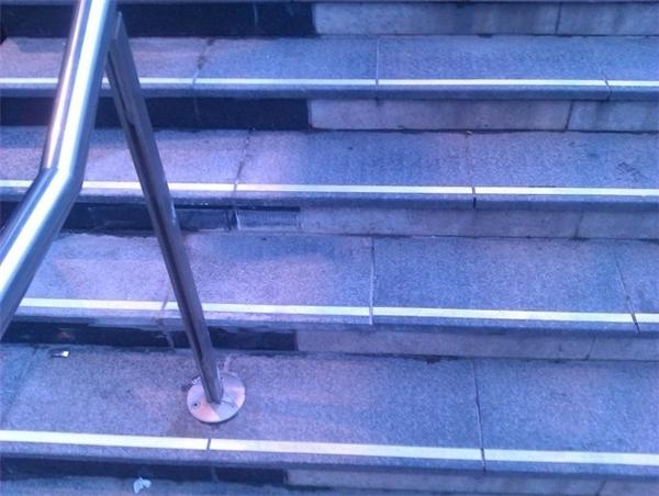 Viên gạch lát cầu thang ấy đã làm gì nên tội mà bị lật ngược thế này? (Ảnh: Internet)