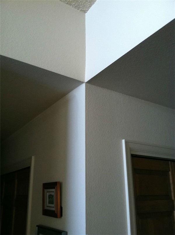 """Đội ngũ thợ xây nào lại có thể xây một bức tường """"bao lệch"""" như thế mà kiến trúc sư lại chịu được ư? (Ảnh: Internet)"""