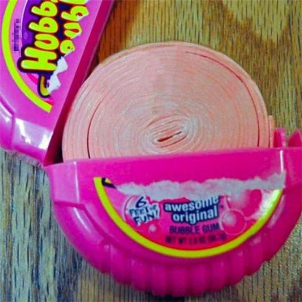 """Kẹo sing-gum người ta cất công quấn lại như thế thì phải kéo ra dần dần mà ăn chứ sao lại... """"cạp"""" không thương tiếc thế? (Ảnh: Internet)"""