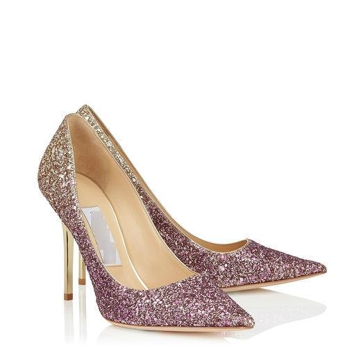 Phong cách ombre thời thượng cũng được chăm chút cho thiết kế này.Nếu yêu thích sự gợi cảm thì không còn một đôi giày nào thích hợp hơn giày bít mũi đính đá vô cùng gợi cảm này. Bởi vì chúng sẽ ôm gọn chân và những viên đá lấp lánh sẽ khiến bạn trông rất mềm mại và kiêu sa đến khó cưỡng.