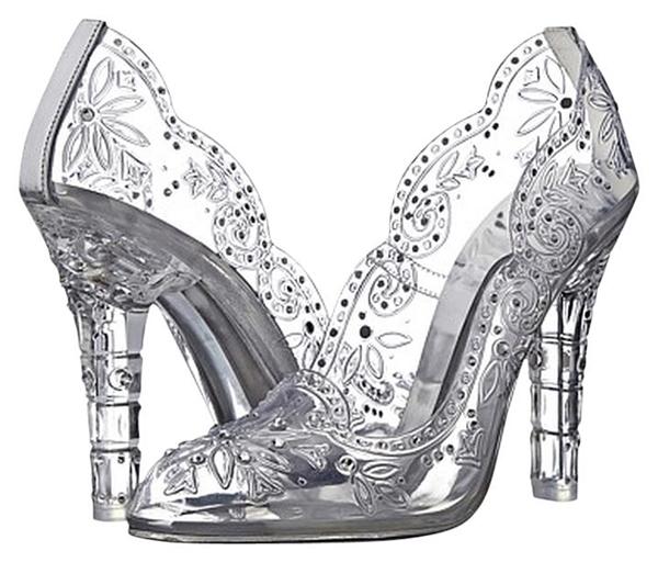 Nghe có vẻ bất ngờ trong chuỗi giày da này lại có một đôi giày thủy tinh cứng và khó chịu. Nhưng không, đây là một đôi giày da trong và được đính tỉ mỉ những viên pha lê vàkim cương lấp lánh.