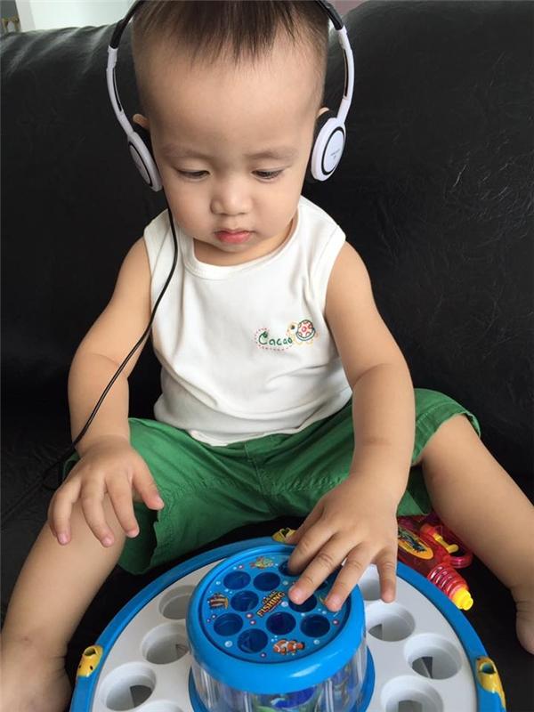 """Ốc Thanh Vân dí dỏm chia sẻ hình con trai với dòng chú thích: """"Làm thêm nghề DJ kiếm tiền phụ mẹ."""""""