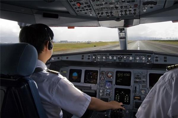 3. Quyền lực của phi công: Một phi công nhiều quyền hơn là việc chỉ điều khiển buồng lái máy bay. Phi công chịu trách nhiệm cho các dấu hiệu cảnh báo về khủng bố, nguy hiểm tiềm năng và an toàn tổng thể của cả máy bay. Do vậy, ngoài thông báo cho hành khách về thời tiết, phi công cũng có thể ra lệnh bắt giữ hay phạt hành khách vì những hành vi sai trái.