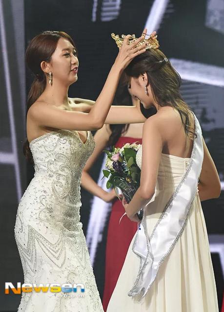Hoa hậu Hàn Quốc 2015 - Kim Min Ji - xuất hiện, trao vương miện cho Tân Hoa hậu.