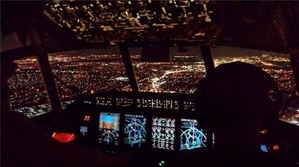 6. Đèn trên máy bay chuyển sang ánh sáng mờ là để chuẩn bị cho hành khách sơ tán, chứ không phải để ngủ: Khi một máy bay đang hạ cánh vào ban đêm, đèn bên trong máy bay được chuyển sang ánh sáng mờ để phòng trong trường hợp hành khách phải sơ tán, mọi người sẽ thích nghi với bóng tối để nhìn tốt hơn trong lúc thoát hiểm.