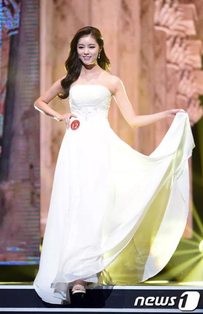 Tân Hoa hậu trong trang phục dạ hội