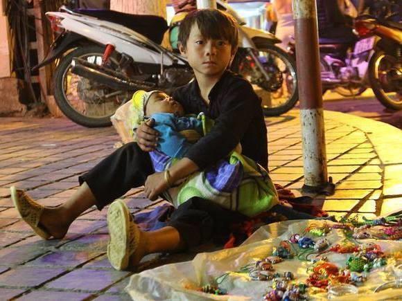 Ánh mắt thơ ngây của em bé vừa phải bán đồ chơi nơi góc đường vừa phải trông em khiến người ta không khỏi nhói lòng.