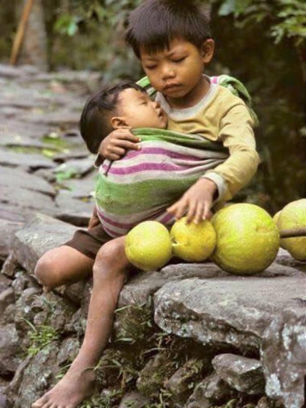Tuổi thơ của hai anh em nhỏ là những tháng ngày lang thang khắp chốn, em hãy ngủ ngoan rồi mẹ sẽ về. (Ảnh: Internet)