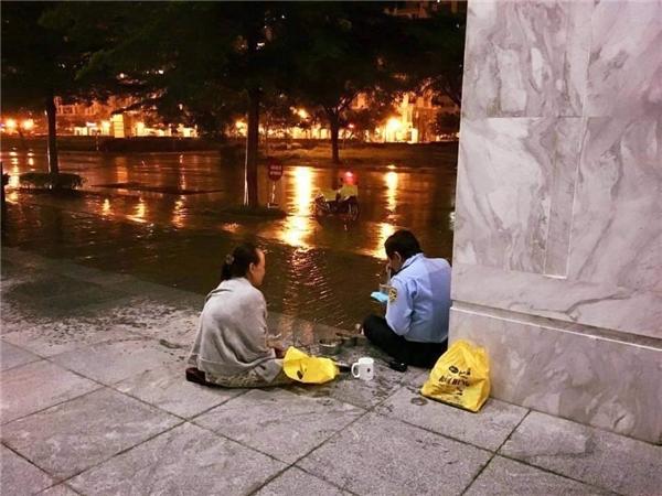 Tình cờ trú mưa tại kí túc xá Đại học Quốc Gia TP. Hồ Chí Minh bắt gặp hình ảnh có người mang cơm ra tận bến xe cho các bác tài. Cuộc sống không cần lúc nào cũng thật nhiều tiền, chỉ mong yêu thương luôn đong đầy. (Ảnh: Trần Quốc Tín)