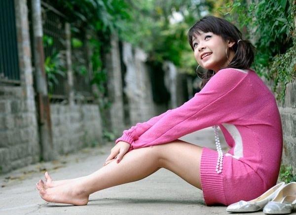 Với thân hình thon gọn cô nàng hợp thường xuyên chọn những bộ cánh tông màu rực rỡ.