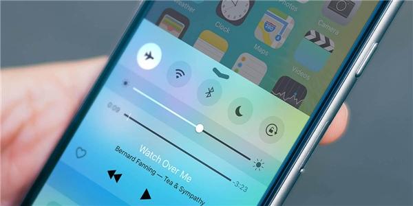 1. Bạn đang rất cần xài điện thoại nhưng có rất ít thời gian để sạc pin? Hãy bật chế độ máy bay lên nhé. Pin điện thoại sẽ được sạc nhanh hơn khi ở chế độ này.