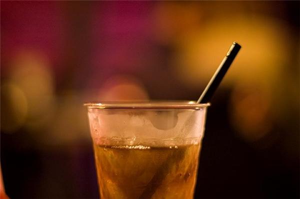 """6. Muốn """"say xỉn"""" một cách lành mạnh chỉ với hương vị coca? Pha đồ uống có cồn chung với coca loại dành cho người ăn kiêng (diet). Tất cả những gì bạn làm là tận hưởng và """"lên nóc nhà"""" thôi."""