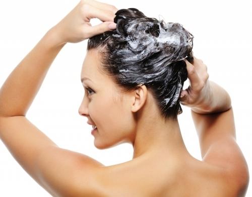 10. Đế có mái tóc đẹp như dưỡng ở tiệm, hãy bỏ vài giọt rượu vodka vào xà bông gội dầu. Tóc bạn sẽ mau dài, không còn khô ráp và bám gàu nữa.