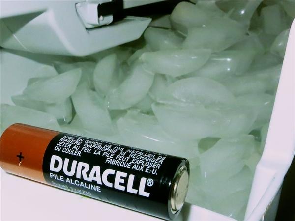 8. Bỏ pin vào ngăn đá tủ lạnh sẽ làm tăng tuổi thọ của chúng lên gấp đôi. Hóa ra, tủ lạnh không hề vô dụng và tốn điện như bạn vẫn nghĩ!