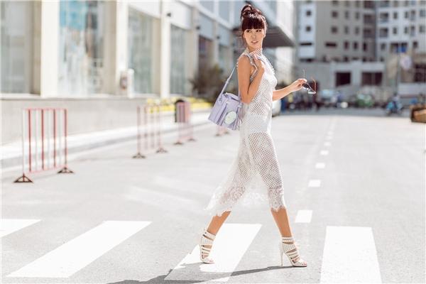 Trong buổi chụp hình gần đây nhất, siêu mẫu Hà Anh vừa đóng vai trò người mẫu, vừa đóng vai trò đạo diễn hình ảnh cho học trò của mình -Á Khôi Yến Nhi.
