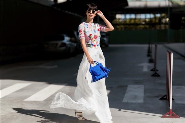 Hà Anh đãchọn cho mình bamẫu thiết kế táo bạo và nổi bật nhất của NTK Hà Trương để xuống phố. Được biết, NTK Hà Trương làmột tên tuổi thiết kế được biết đến bởisựphá cách cũng như hội nhập rất nhanh với xu hướng thời trang Quốc tế.