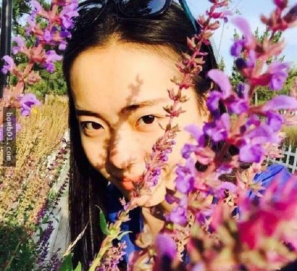 Gương mặt thiếu nữ e ấp bên hoa...