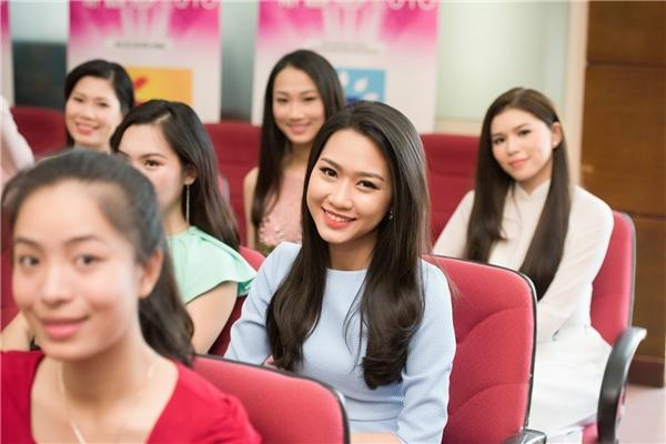 Các người đẹp tỏ ra vô cùng rạng rỡ trong buổi giao lưu với ban tổ chức.