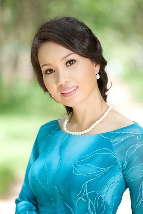 """Vào nghề đã nhiều năm,Cẩm Ly luôn thu hút khán giả bởi giọng ca ngọt ngào, da diết đi vào lòng người. Phong cách giản dị, mộc mạc và gần gũi của """"nữ hoàng nhạc dân ca"""" cũng chiếm cảm tình của đông đảo công chúng. Hiện tại, Cẩm Ly được xem là một trong những ngôi sao nữ có một gia đình hạnh phúc đầm ấm và giàu có vững bền cỡ nhất nhì trong showbiz Việt. - Tin sao Viet - Tin tuc sao Viet - Scandal sao Viet - Tin tuc cua Sao - Tin cua Sao"""