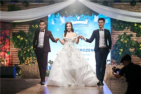 Ái Phương còn thể hiện khả năng catwalk trong chiếc váy cưới được thiết kế riêng.