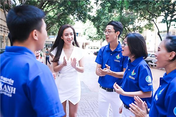 Ái Phương dù bị ốm vẫn hết mình hát cùng sinh viên
