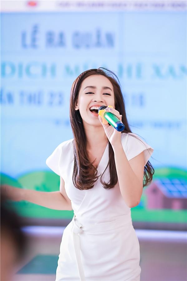 Cô cho biết, bản thân mình luôn muốn hát hết mình để cổ vũ cho các bạn sinh viên trong chiến dịch tình nguyện.