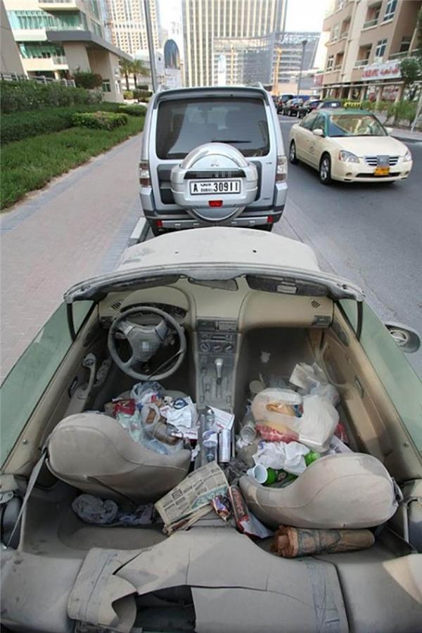 Siêu xe hỏng được dùnglàm thùng đựng rác.