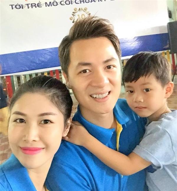 Vợ chồng Đăng Khôi lần đầu đưa con trai đi làm từ thiện.