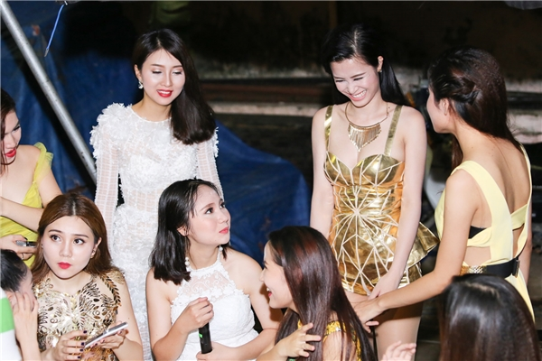 Bên trong hậu trường, Đông Nhi có cuộc trò chuyện ngắn để động viên 9 thí sinh trước khi họ bắt đầu các phần thi của mình. - Tin sao Viet - Tin tuc sao Viet - Scandal sao Viet - Tin tuc cua Sao - Tin cua Sao