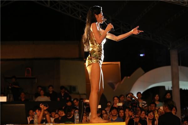 Thậm chí, cô còn leo lên cả bàn giám khảo để tiếp cận gần hơn với người hâm mộ. - Tin sao Viet - Tin tuc sao Viet - Scandal sao Viet - Tin tuc cua Sao - Tin cua Sao