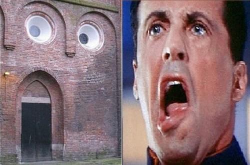 Biểu cảm khó đỡ củaSylvester Stallone vô tình trùng hợp bức tường này một cách khó tin.