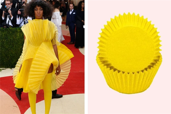 Một ẩn dụ thú vị cho việc bảo vệ môi trường: bộ quần áo mangý tưởng từ vỏ bánh cupcake.