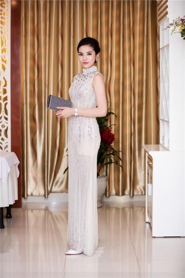 Chọn chiếc đầm dạ hội của NTK Nguyễn Công Trí, mỹ nhân gốc Nam Định tiếp tục gây ấn tượng với gu thời trang đơn giản nhưng không kém phần tinh tế.