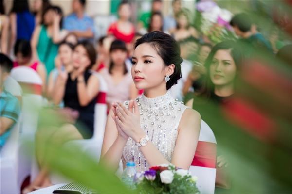 """Trước đó, tại họp báo vòng chung khảo của chương trình Hoa hậu Việt Năm 2016, cô bị nhận xét """"kém xinh"""" bởi bộ cánh và mái tóc không phù hợp. Ngay sau đó, người đẹp liên tục ghi điểm nhờ trang phục và phong cách trang điểm ấn tượng khi dự sự kiện."""