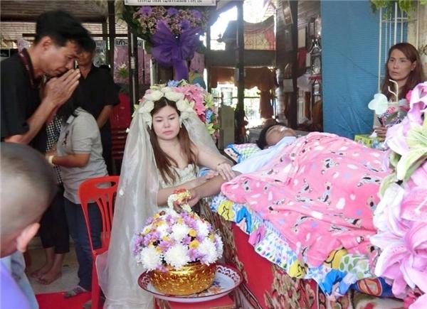 Đầu năm nay, một cô gái trẻ ở Thái Lan đã lấy nước mắt của hàng triệu người bởi hành động mặc áo cưới trong đám tang người yêu. Được biết, cô và người yêu đã lên kế hoạch đám cưới, nhưng anh chàng lại đột ngột qua đời. Để giữ đúng lời hứa làm đám cưới với anh, cô gái đã quyết định mặc váy cưới ngay trong chính đám tang, làm một cô dâu bên cạnh anh những giây phút cuối cùng. (Ảnh Internet)