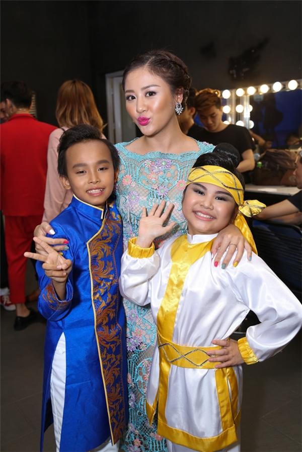 """Nữ ca sĩ chụp ảnh cùng cậu bé Hồ Văn Cường và """"thiên thần bánh rán"""" Bảo Trân. - Tin sao Viet - Tin tuc sao Viet - Scandal sao Viet - Tin tuc cua Sao - Tin cua Sao"""