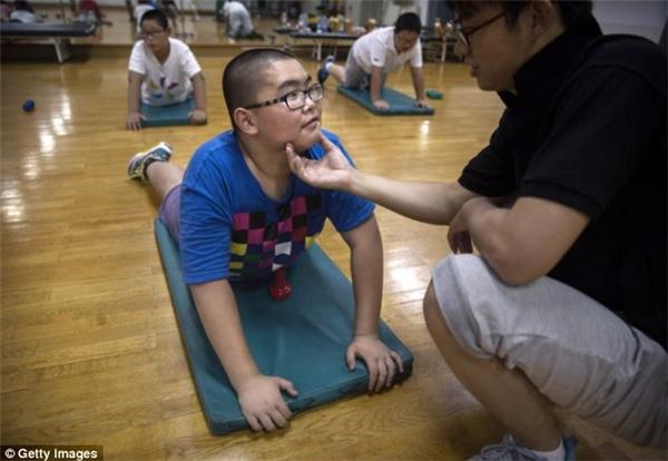 Quá trình giảm cân khắc nghiệt của trẻ em béo phì Trung Quốc tại các lò luyện mỡ
