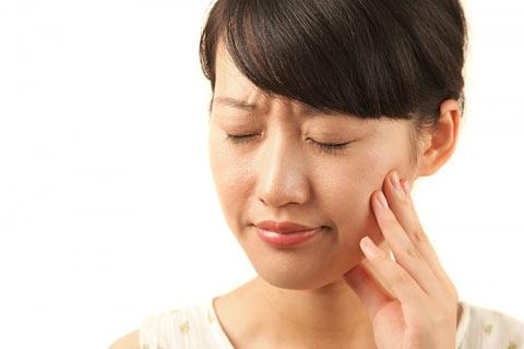 Buồn nôn khi đánh răng có thể là bệnh lí về răng miệng.