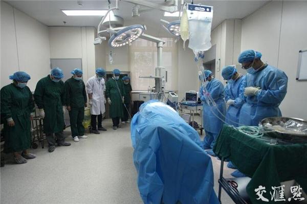 Toàn thể nhân viên bệnh viện mặc niệm trước khi tiến hành phẫu thuật hiến nội tạng của Vương Ngạn Tường.
