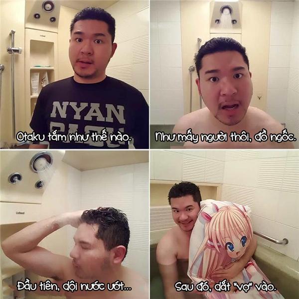 """Các otaku thì nhất định phải đem cả """"vợ"""" theo vào phòng tắm cho lãng mạn rồi."""
