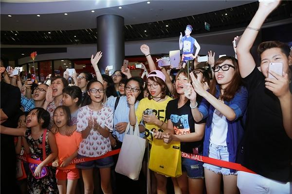 Khá đông người hâm mộ đã có mặt từ rất sớm để theo dõi buổi biểu diễn đặc biệt này. - Tin sao Viet - Tin tuc sao Viet - Scandal sao Viet - Tin tuc cua Sao - Tin cua Sao