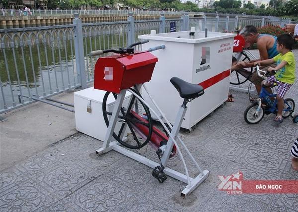 Khoảng một tuần gần đây, bốn chiếc máy thể dục lọc nước đầu tiên ở Sài Gòn đã được lắp đặt dọc theo khu tiểu công viên ở bờ kênh Nhiêu Lộc- Thị Nghè (thuộc khu vực quận Phú Nhuận, TP.HCM). Với kiểu dáng lạ mắt: xe chỉ có một bánh phía trước và gắn thông với một chiếc bểto bên cạnh, khiến nhiều người qua lại không khỏi tò mò.