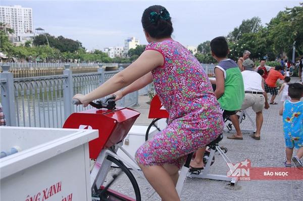 So với những máy tập thể dục được lắp đặt trước đó tại Hồ Hoàn Kiếm - Hà Nội thì chiếc máy này có nhiềucải tiến hơn: máy vận hành như một chiếc xe đạp thông thường, người tập chỉ cần ngồi lên yên và đạp theo chiều kim đồng hồ hệt như những máy tập thể dục tại các phòng gym.