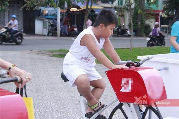 """""""Con thấy chiếc xe này ở đây cũng lâu mà giờ mới có thời gian ra tập. Hôm nào con cũng học võ buổi chiều, chỉ có nay được nghỉ nên tranh thủ ra. Máy cũng giống xe đạp bình thường nhưng đạp ở đây mát mẻ, lại đỡ xe cộ hơn đạp ngoàiđường nên con rất thích""""- béHoài Nam hào hứng cho hay."""